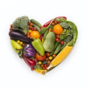 Herzform Rahmen von frischem Gemüse auf weißem Hintergrund