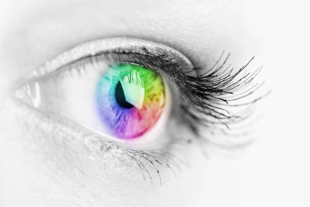 Mädchen bunt und natürlich Regenbogen Auge